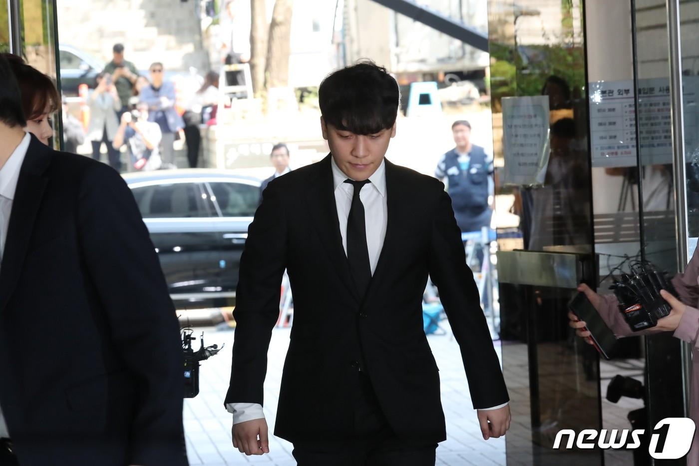 Seungri cuối cùng đã có mặt tại tòa để chờ lệnh bắt: Vẫn bình tĩnh dù cảnh sát xác nhận giữ bằng chứng mua dâm - Ảnh 2.