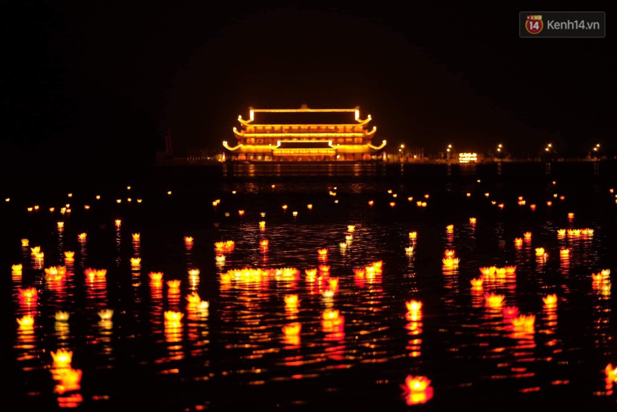 Hàng vạn người tham gia buổi lễ cầu nguyện hoà bình và hoa đăng tại chùa Tam Chúc - Ảnh 16.