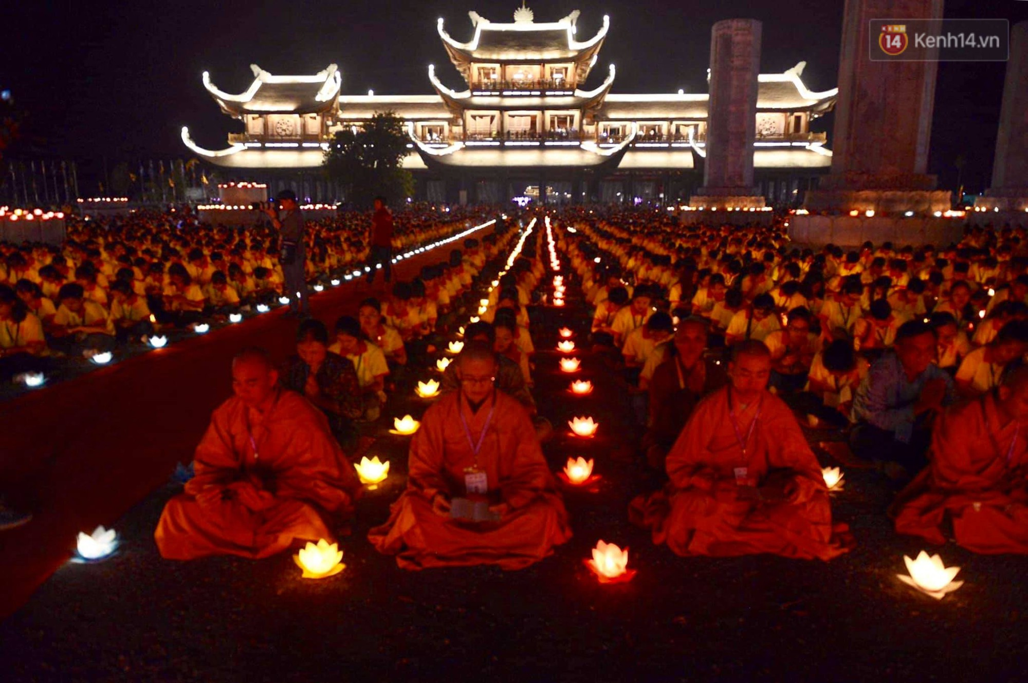 Hàng vạn người tham gia buổi lễ cầu nguyện hoà bình và hoa đăng tại chùa Tam Chúc - Ảnh 9.