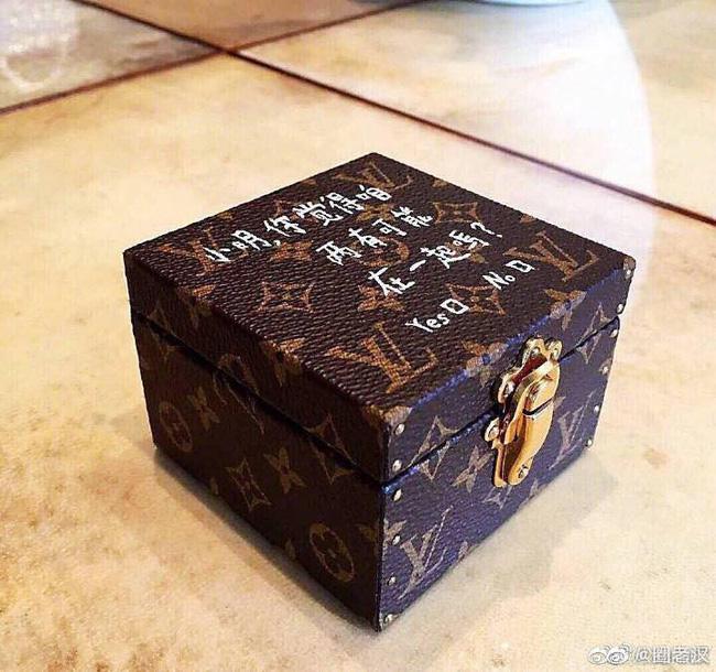 Con trai vua sòng bạc Ma Cao cầu hôn, dân tình chỉ soi vòng hai của thiên thần Victoria's Secret và hộp nhẫn quê quê bạc tỷ - Ảnh 3.
