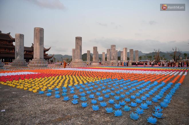 Hàng vạn người tham gia buổi lễ cầu nguyện hoà bình và hoa đăng tại chùa Tam Chúc - Ảnh 1.