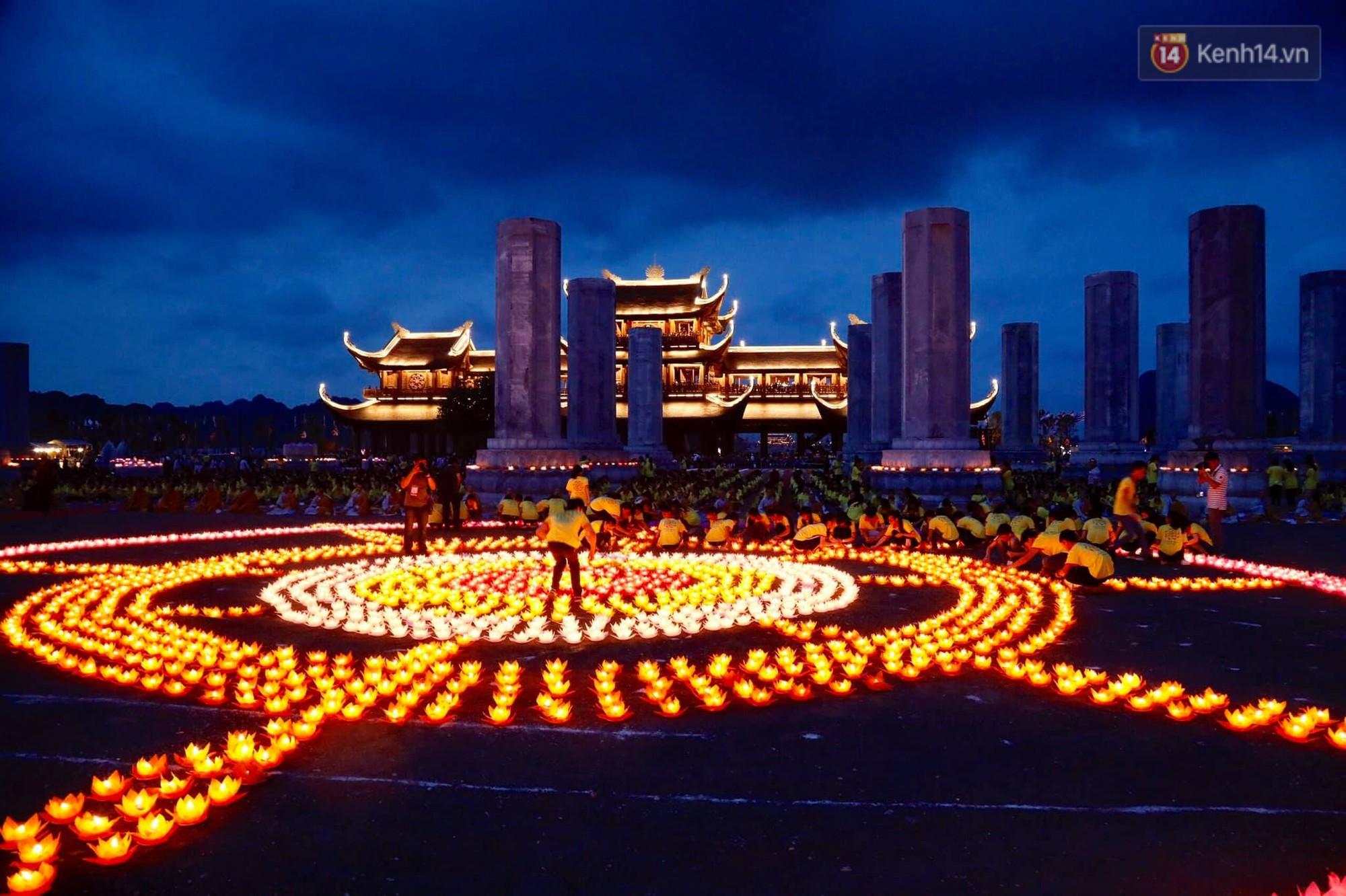 Hàng vạn người tham gia buổi lễ cầu nguyện hoà bình và hoa đăng tại chùa Tam Chúc - Ảnh 5.