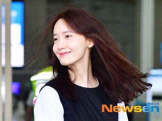 Dàn trai xinh gái đẹp nhà SM đổ bộ sân bay: Yoona lộ chân cong như sắp gãy, Sehun như rich kid bên Chanyeol - Ảnh 5.