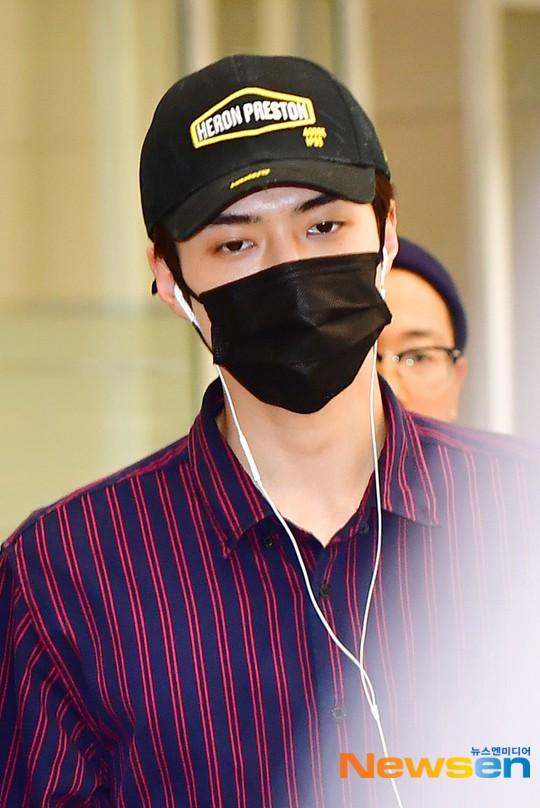 Dàn trai xinh gái đẹp nhà SM đổ bộ sân bay: Yoona lộ chân cong như sắp gãy, Sehun như rich kid bên Chanyeol - Ảnh 9.