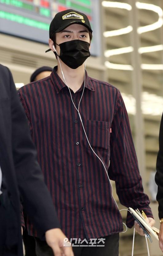 Dàn trai xinh gái đẹp nhà SM đổ bộ sân bay: Yoona lộ chân cong như sắp gãy, Sehun như rich kid bên Chanyeol - Ảnh 8.