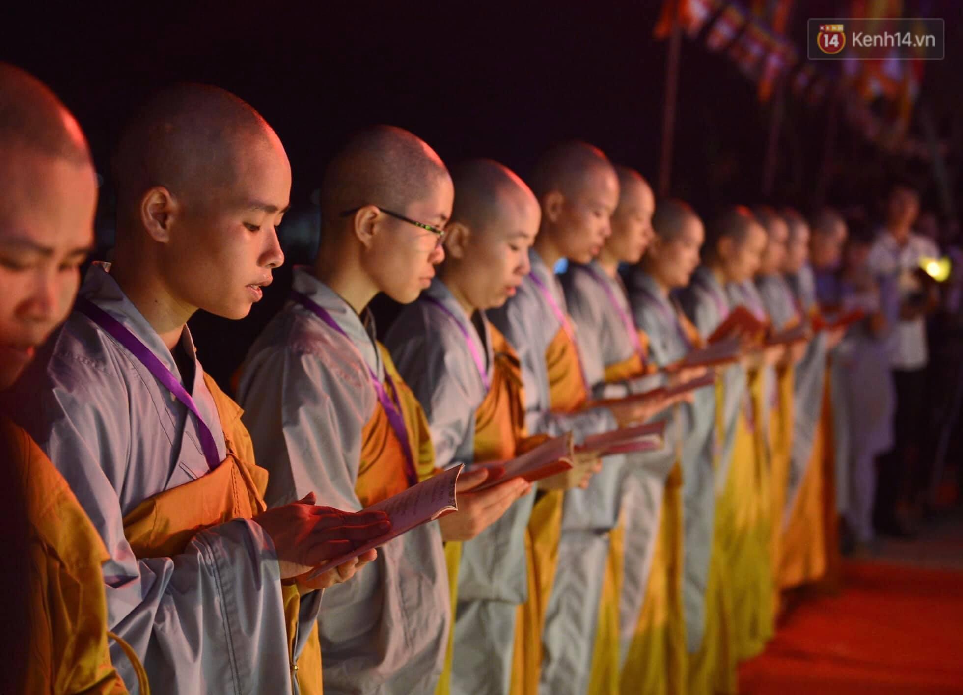 Hàng vạn người tham gia buổi lễ cầu nguyện hoà bình và hoa đăng tại chùa Tam Chúc - Ảnh 10.