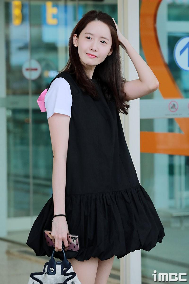 Dàn trai xinh gái đẹp nhà SM đổ bộ sân bay: Yoona lộ chân cong như sắp gãy, Sehun như rich kid bên Chanyeol - Ảnh 4.