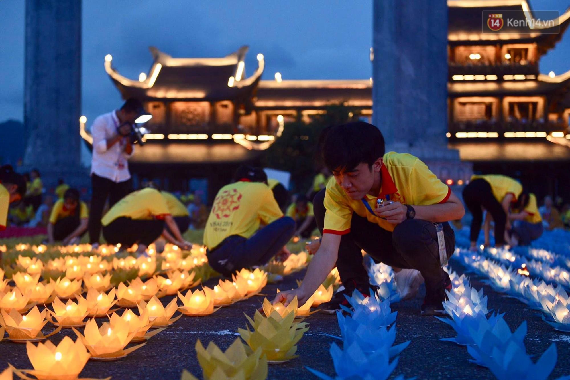 Hàng vạn người tham gia buổi lễ cầu nguyện hoà bình và hoa đăng tại chùa Tam Chúc - Ảnh 6.