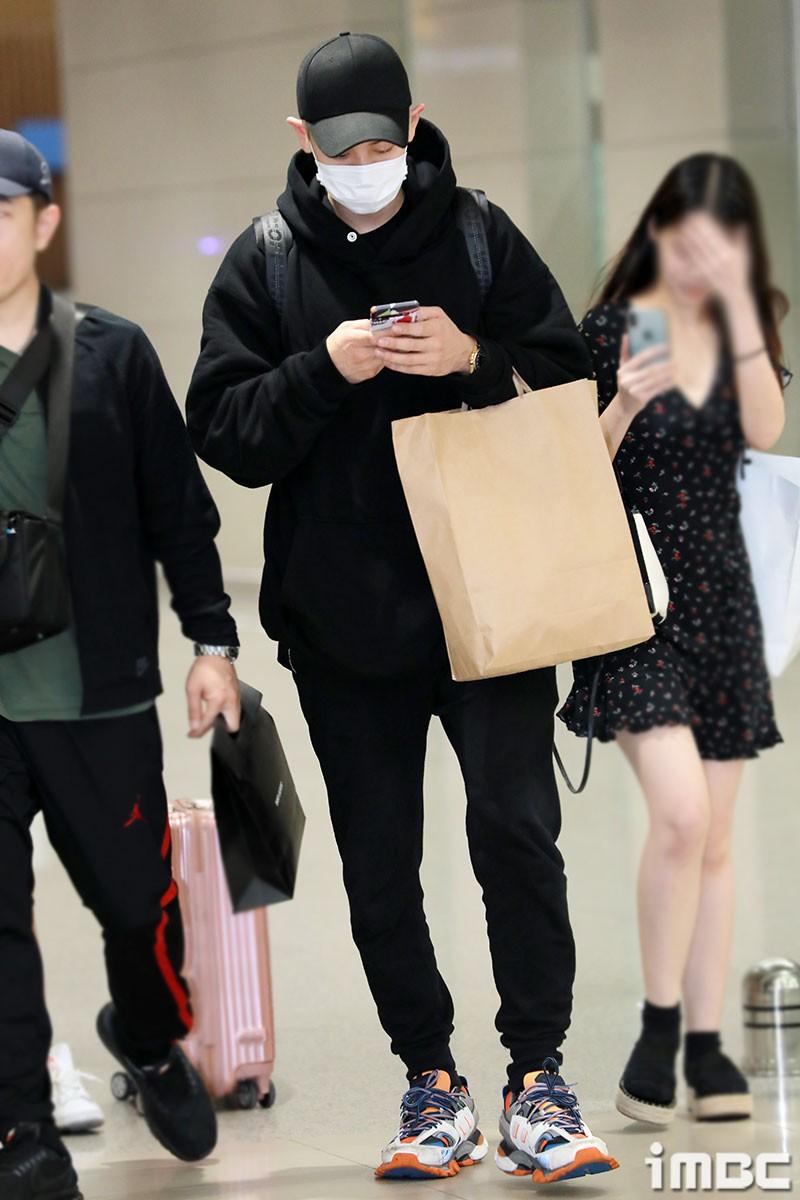 Dàn trai xinh gái đẹp nhà SM đổ bộ sân bay: Yoona lộ chân cong như sắp gãy, Sehun như rich kid bên Chanyeol - Ảnh 6.