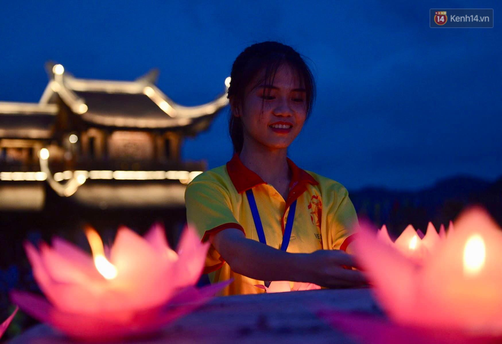 Hàng vạn người tham gia buổi lễ cầu nguyện hoà bình và hoa đăng tại chùa Tam Chúc - Ảnh 15.