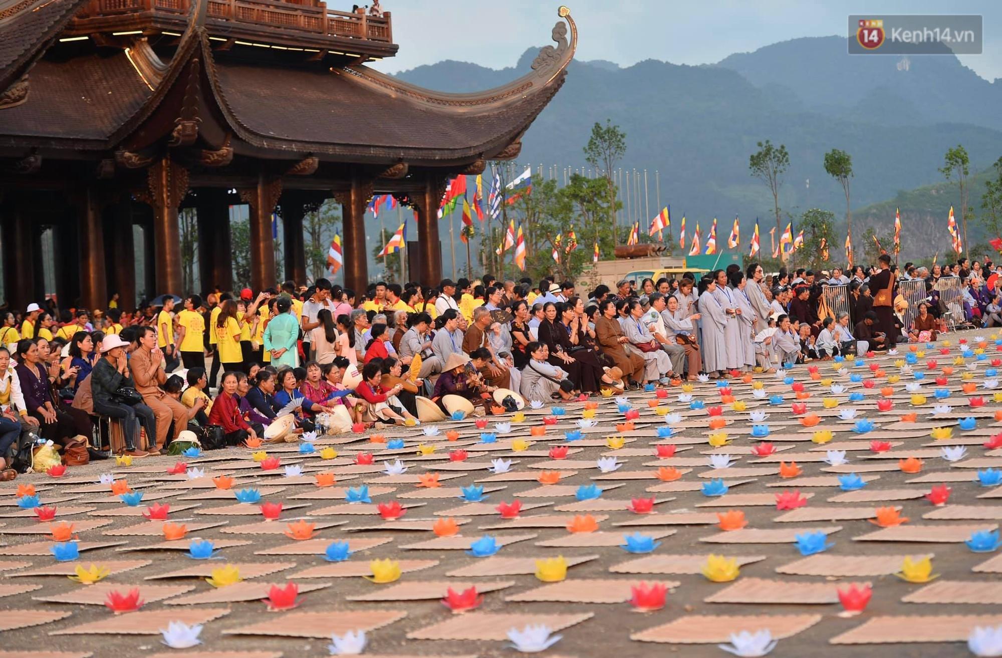 Hàng vạn người tham gia buổi lễ cầu nguyện hoà bình và hoa đăng tại chùa Tam Chúc - Ảnh 2.