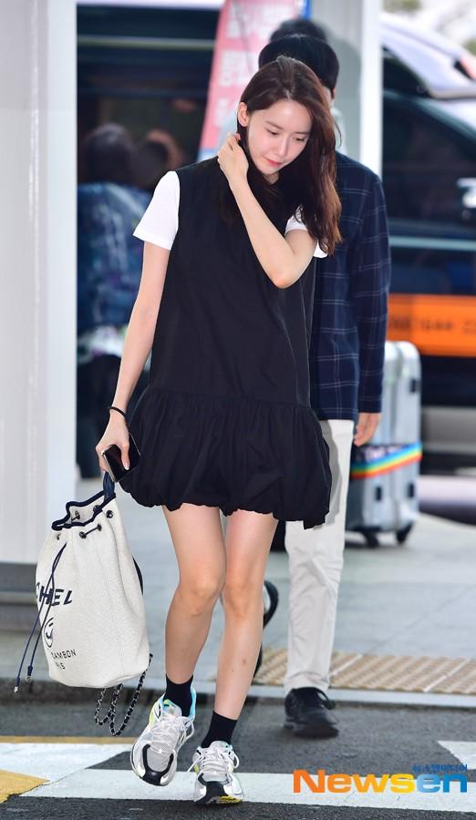 Dàn trai xinh gái đẹp nhà SM đổ bộ sân bay: Yoona lộ chân cong như sắp gãy, Sehun như rich kid bên Chanyeol - Ảnh 2.