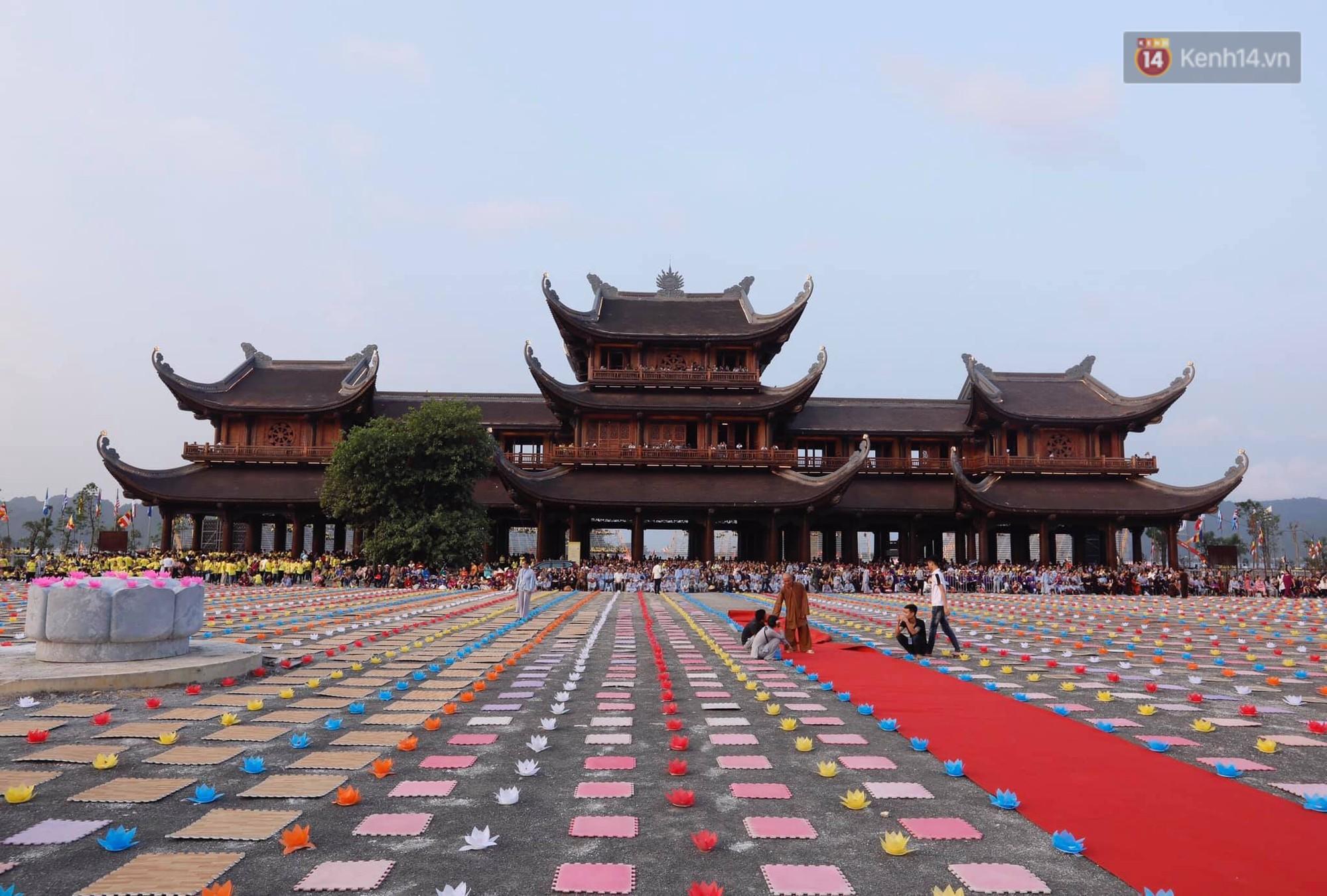 Hàng vạn người tham gia buổi lễ cầu nguyện hoà bình và hoa đăng tại chùa Tam Chúc - Ảnh 4.
