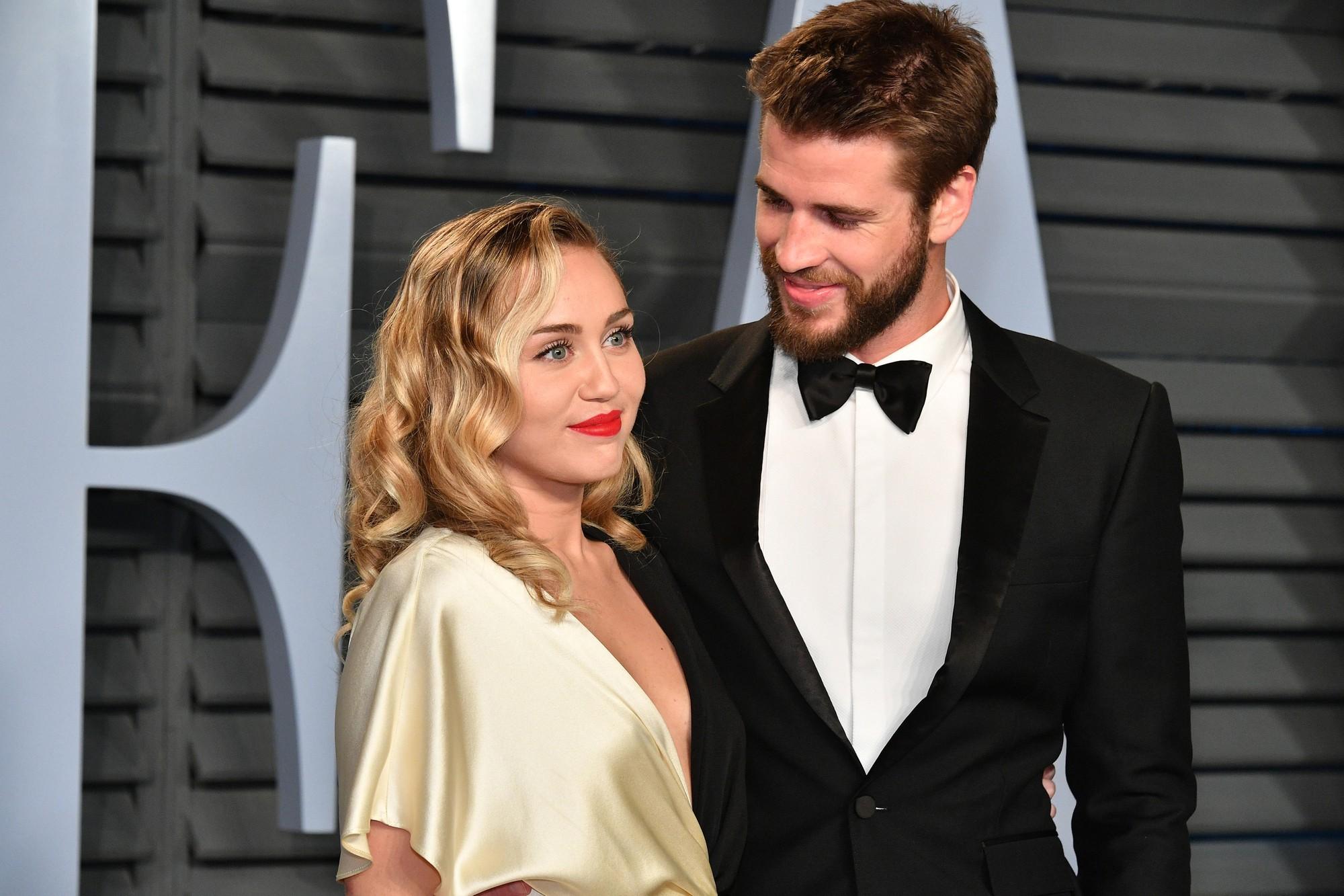 Hóa ra luôn có một người đàn ông đứng sau cánh gà, lẳng lặng nhìn theo Miley Cyrus si tình đến thế! - Ảnh 5.