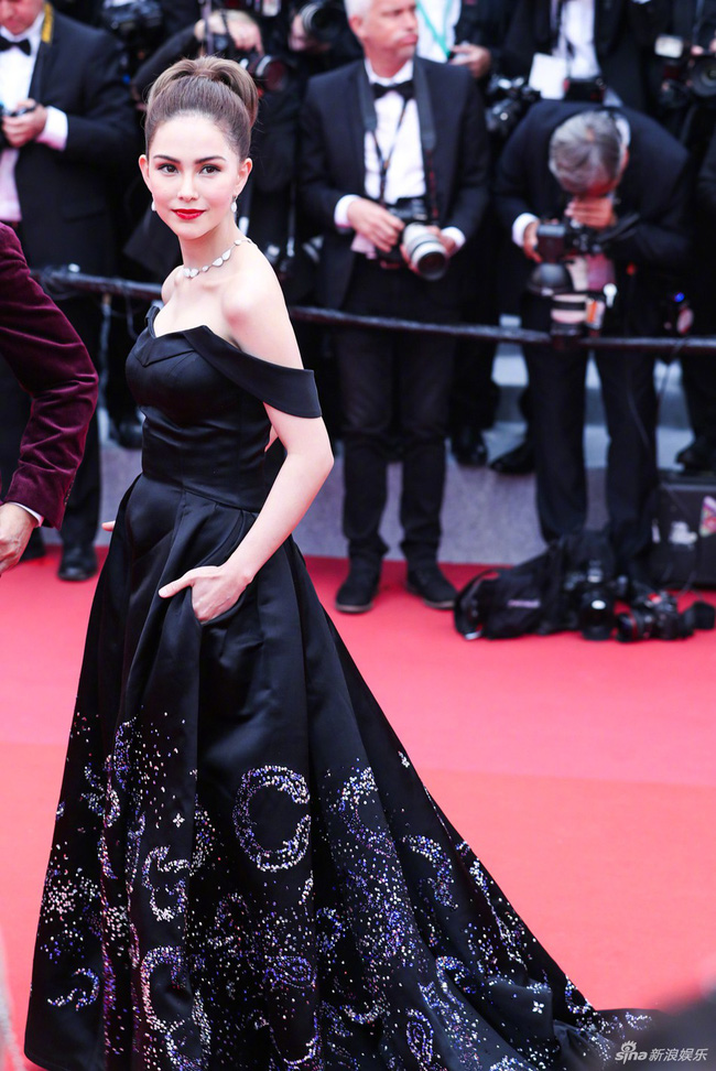 Ham váy vóc tùng xòe, Jessica suýt ngã và phải nhờ 2 người nâng váy tại thảm đỏ Cannes 2019 - Ảnh 5.