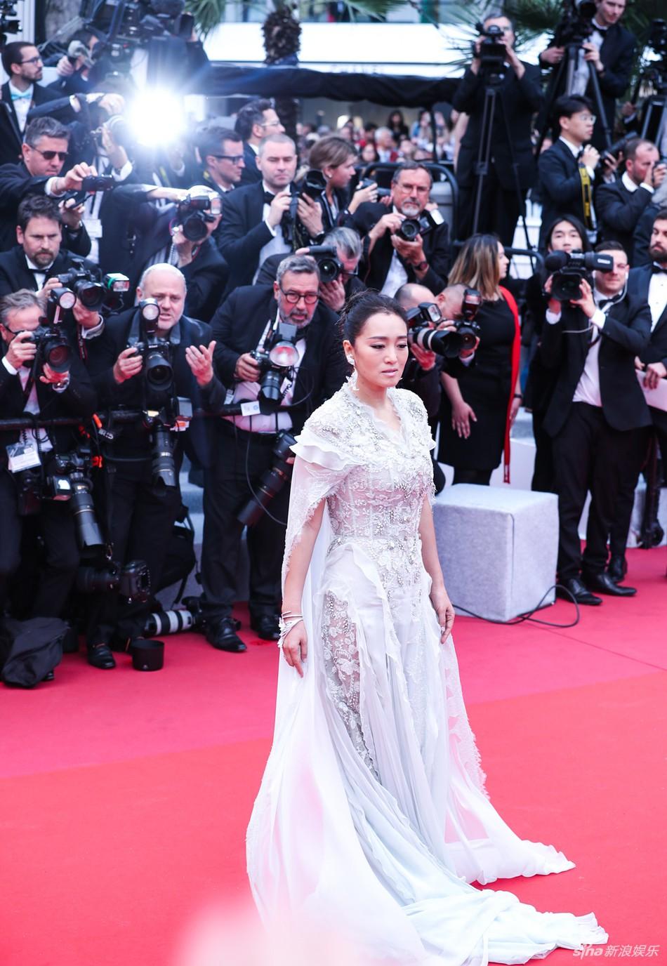 Ham váy vóc tùng xòe, Jessica suýt ngã và phải nhờ 2 người nâng váy tại thảm đỏ Cannes 2019 - Ảnh 6.