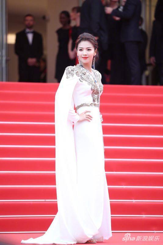 Ham váy vóc tùng xòe, Jessica suýt ngã và phải nhờ 2 người nâng váy tại thảm đỏ Cannes 2019 - Ảnh 9.