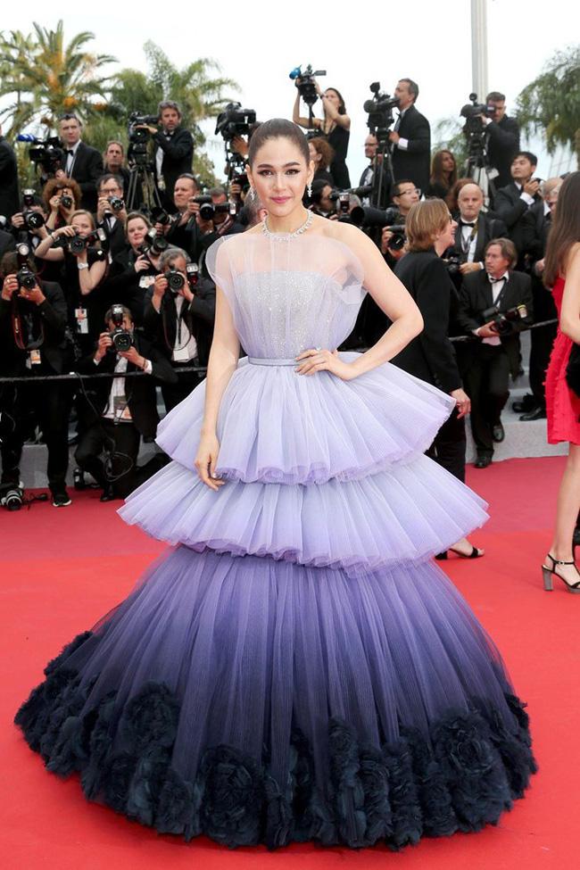 Ham váy vóc tùng xòe, Jessica suýt ngã và phải nhờ 2 người nâng váy tại thảm đỏ Cannes 2019 - Ảnh 10.