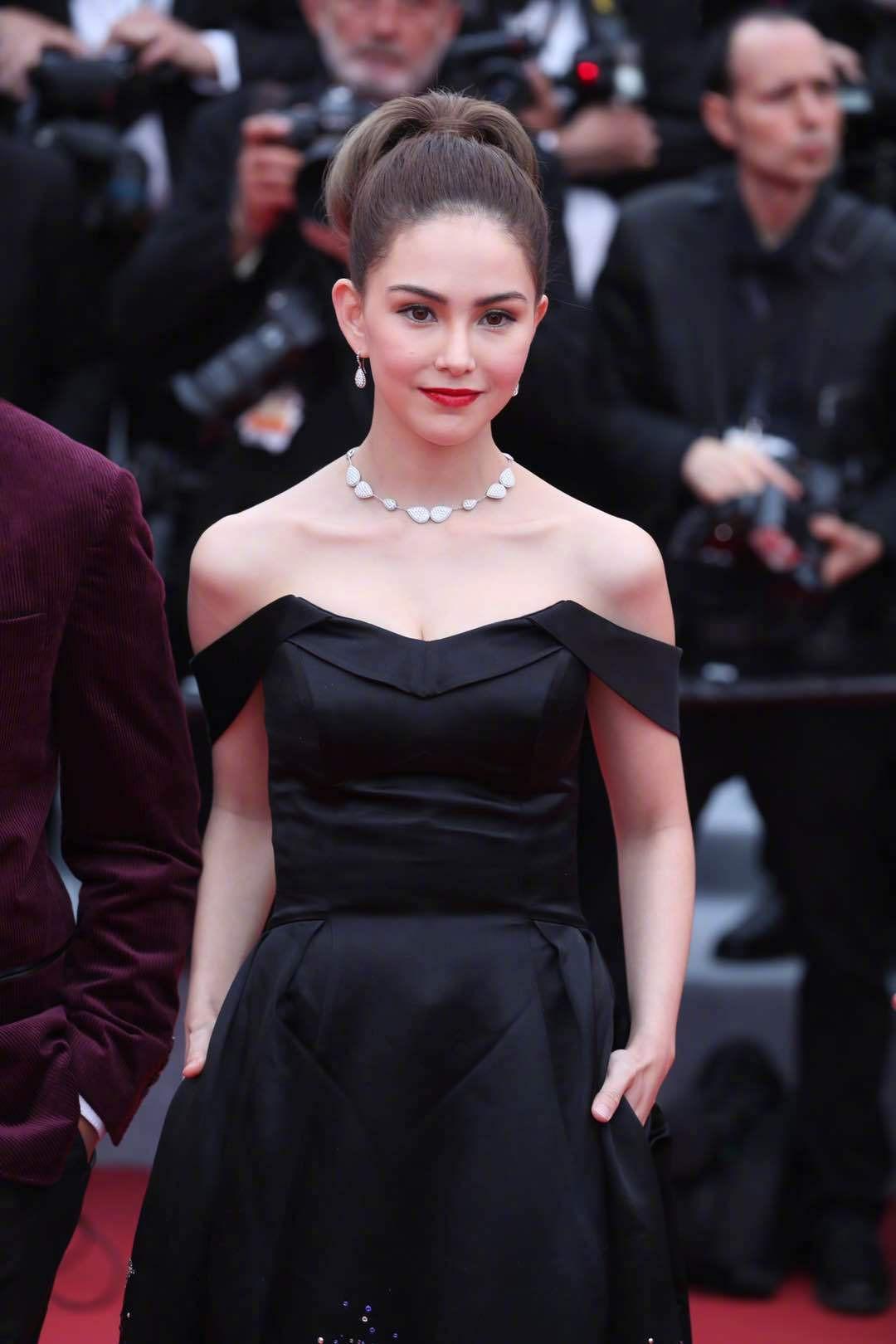 Cuồng vợ kiểu Châu Kiệt Luân: Tháp tùng bà xã bằng trực thăng riêng nhưng cải trang thành fan ngắm vợ tại Cannes - Ảnh 1.