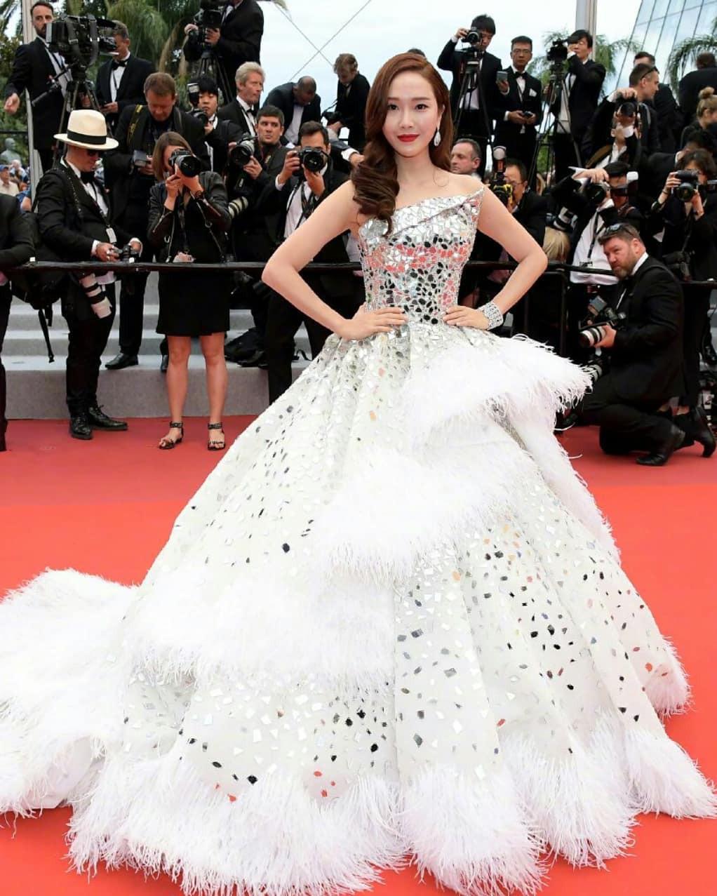 Ham váy vóc tùng xòe, Jessica suýt ngã và phải nhờ 2 người nâng váy tại thảm đỏ Cannes 2019 - Ảnh 1.