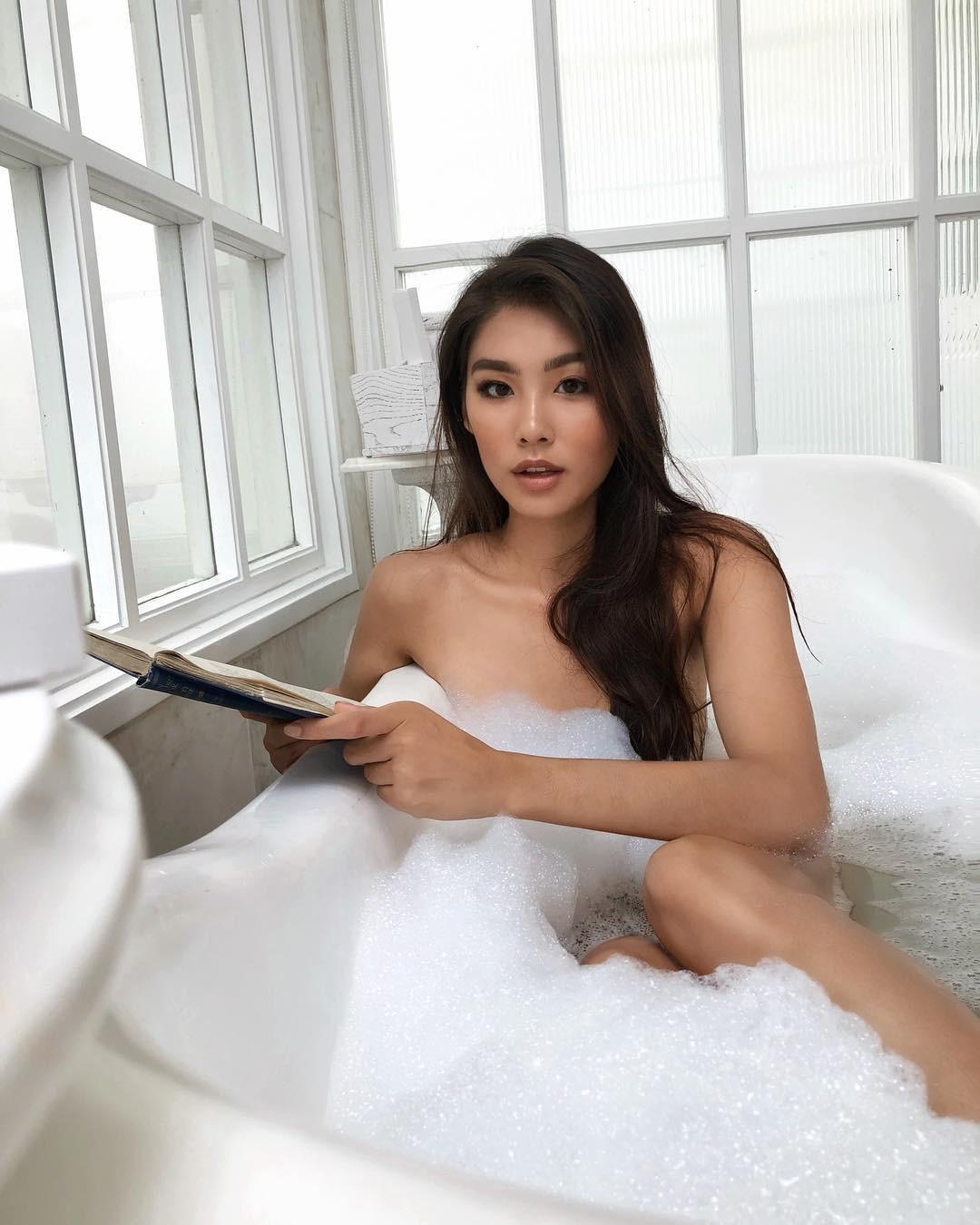 Khi bồn tắm là phụ kiện đọ độ chanh xả của hot girl: Người hở bạo, kẻ kín đáo nhưng vẫn khó phân định ai sexy hơn - Ảnh 3.