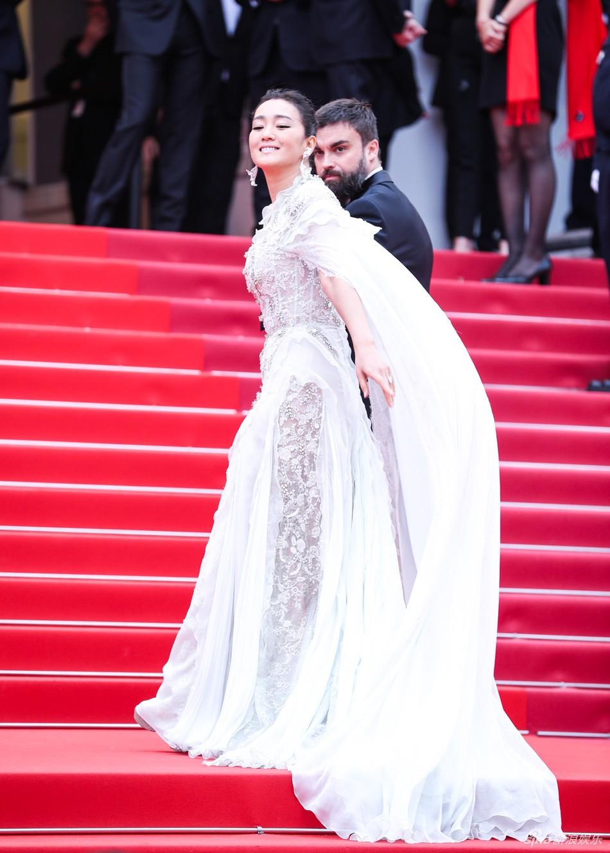 Ham váy vóc tùng xòe, Jessica suýt ngã và phải nhờ 2 người nâng váy tại thảm đỏ Cannes 2019 - Ảnh 7.