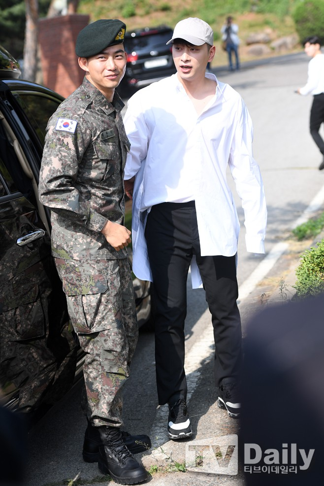Nam thần quân ngũ Taecyeon (2PM) chính thức xuất ngũ, làn da mộc mịn màng đến mức khó tin của anh gây chú ý - Ảnh 5.