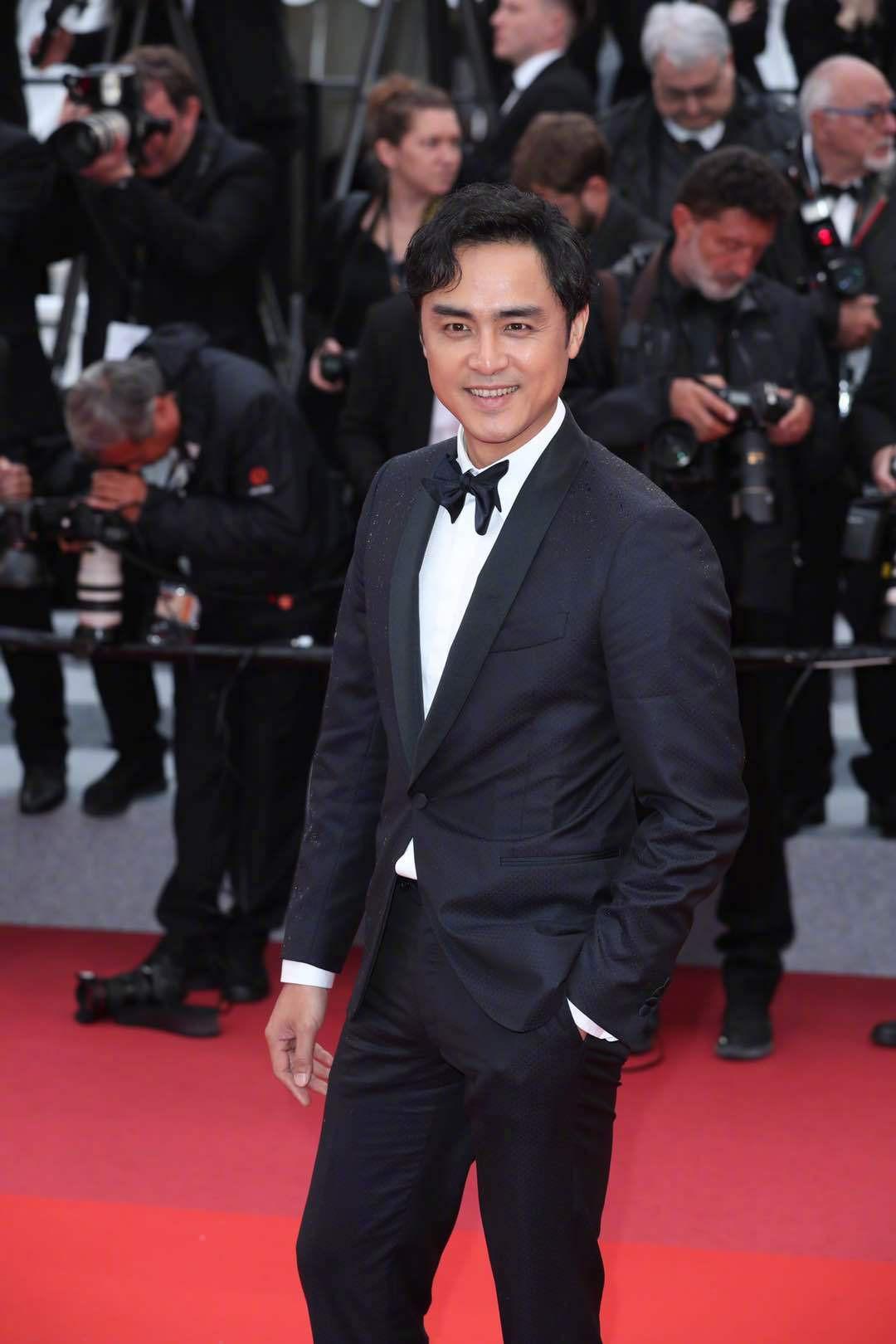 Thảm đỏ Cannes nhường spotlight cho Nick Jonas cung phụng Hoa hậu, Sui He gây sốc như không mặc gì - Ảnh 28.