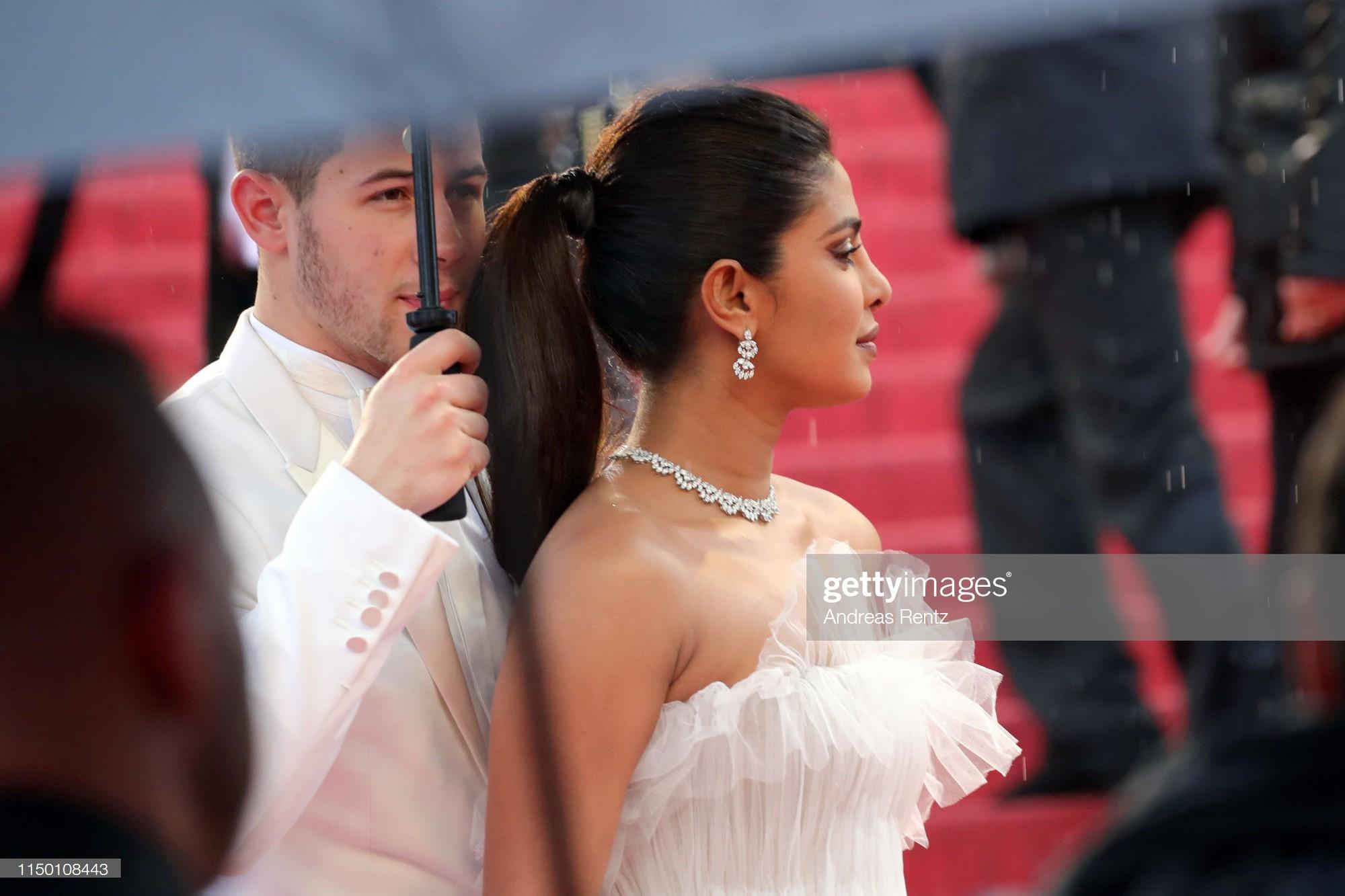 Thảm đỏ Cannes nhường spotlight cho Nick Jonas cung phụng Hoa hậu, Sui He gây sốc như không mặc gì - Ảnh 6.
