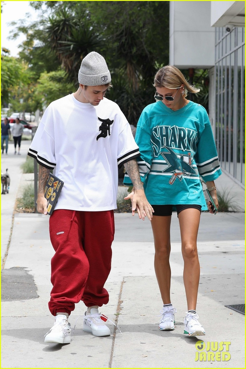 Giữa tâm bão tin đồn Selena kết hôn cùng tài tử 69 tuổi, Justin Bieber lại có biểu hiện này bên vợ - Ảnh 1.
