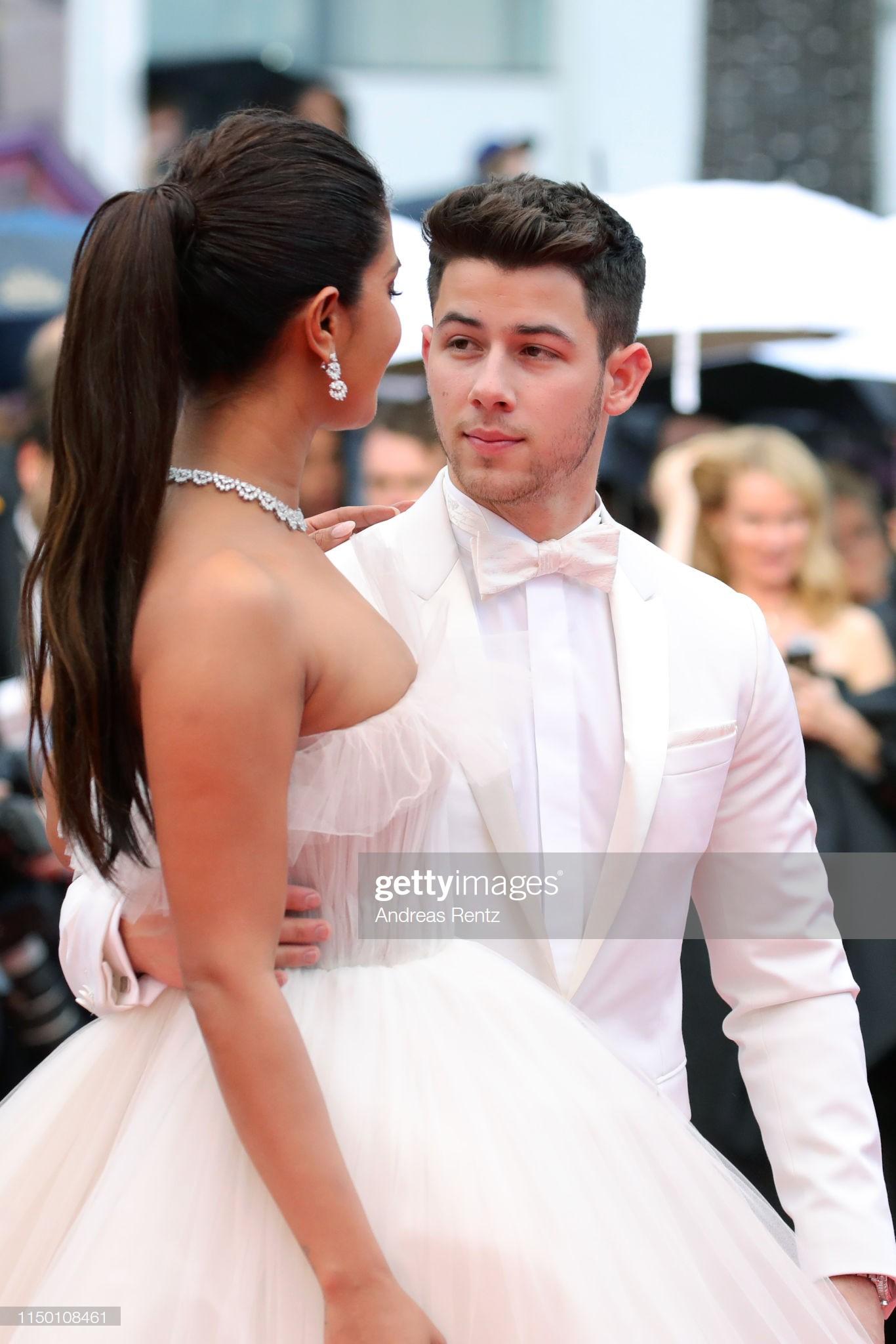 Thảm đỏ Cannes nhường spotlight cho Nick Jonas cung phụng Hoa hậu, Sui He gây sốc như không mặc gì - Ảnh 7.
