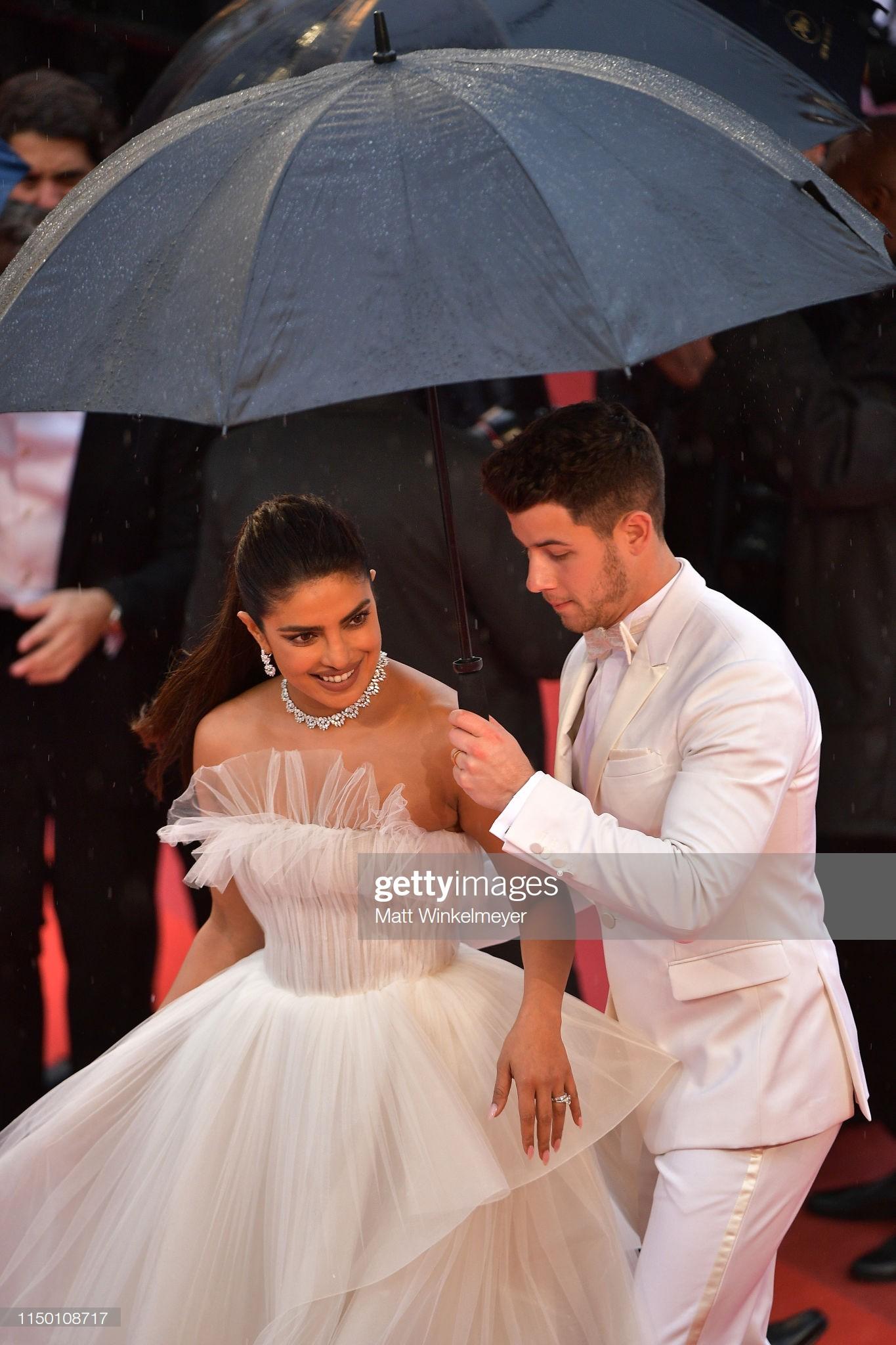 Thảm đỏ Cannes nhường spotlight cho Nick Jonas cung phụng Hoa hậu, Sui He gây sốc như không mặc gì - Ảnh 9.