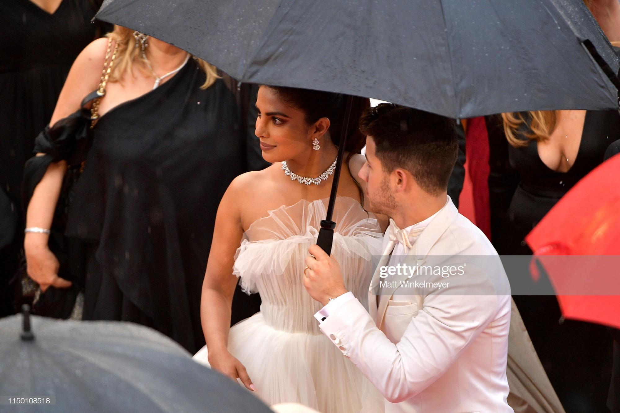 Thảm đỏ Cannes nhường spotlight cho Nick Jonas cung phụng Hoa hậu, Sui He gây sốc như không mặc gì - Ảnh 8.