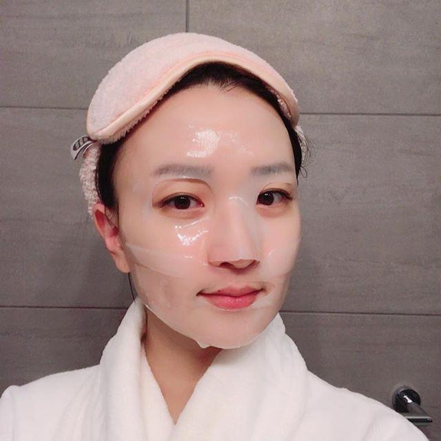 Vào buổi tối, chị em có thể đắp mặt nạ giấy chuyên dụng để vừa dưỡng ẩm vừa bổ sung nhiều dưỡng chất chuyên sâu cho da
