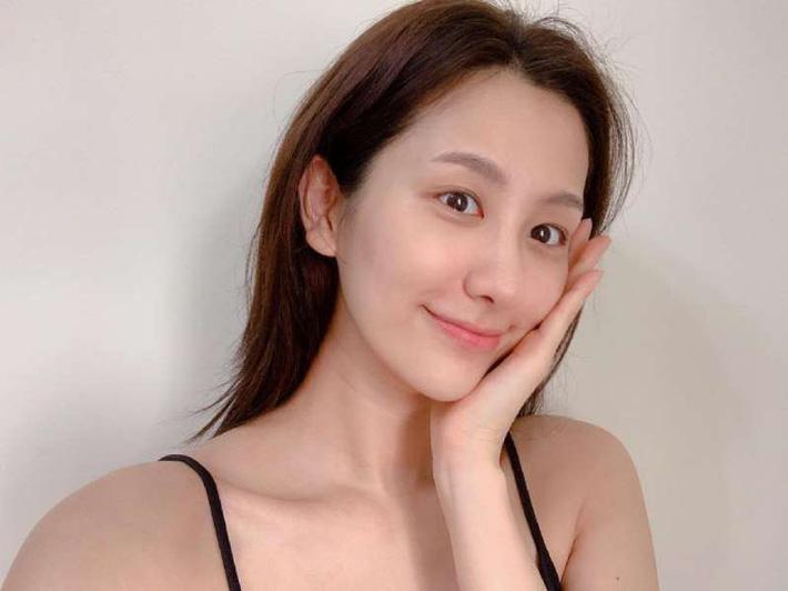 Học nàng Beauty blogger này cách làm mặt nạ tự nhiên: Đơn giản, rẻ tiền mà còn giúp giải nhiệt làn da mùa hè - Ảnh 1.