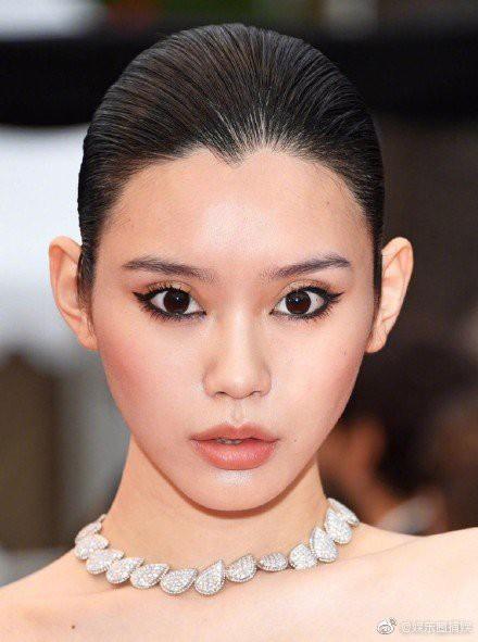Ám ảnh nhất Weibo: Đôi mắt trợn tròn, vô cảm của Ming Xi tại Cannes bất ngờ bị so sánh với... Angela Baby - Ảnh 2.