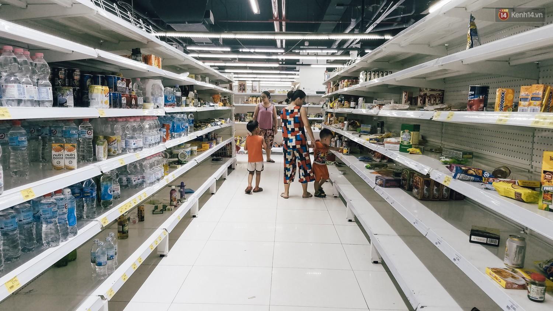 Siêu thị Auchan những ngày cuối cùng ở Việt Nam: Hàng hoá được gom lại một chỗ, không còn cảnh chen lấn - Ảnh 4.