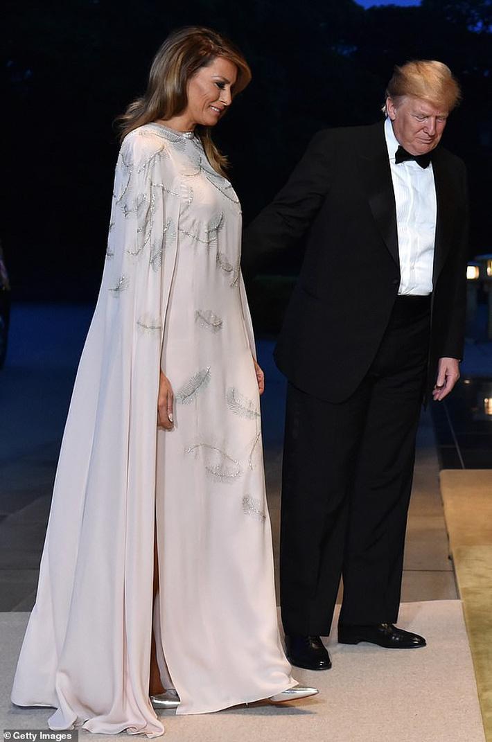 Bà Melania Trump đang cố học theo phong cách Hoàng gia của công nương Kate và Meghan khi tới Nhật Bản? - Ảnh 1.