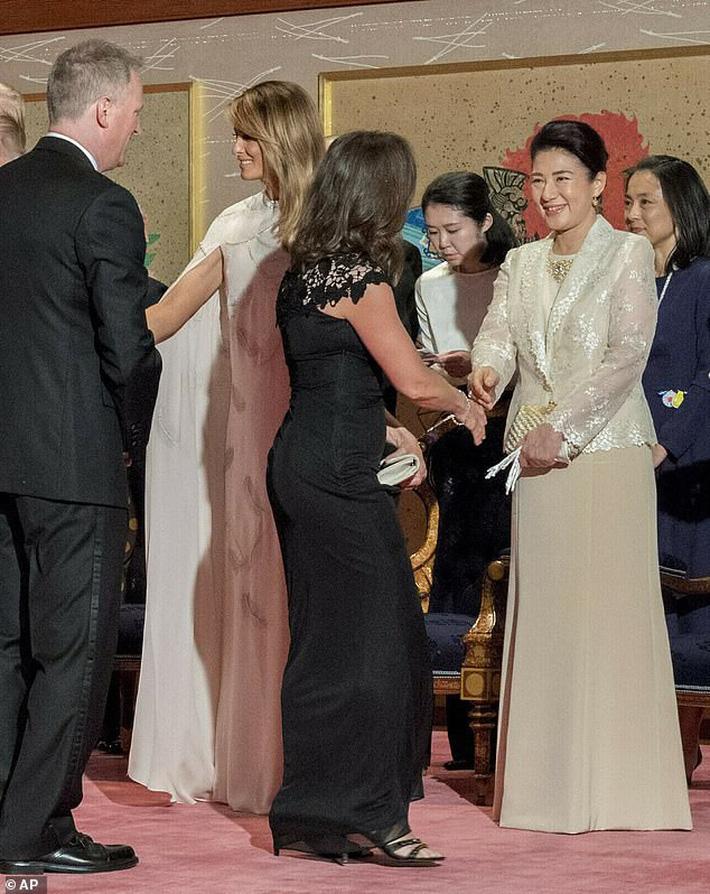 Bà Melania Trump đang cố học theo phong cách Hoàng gia của công nương Kate và Meghan khi tới Nhật Bản? - Ảnh 2.
