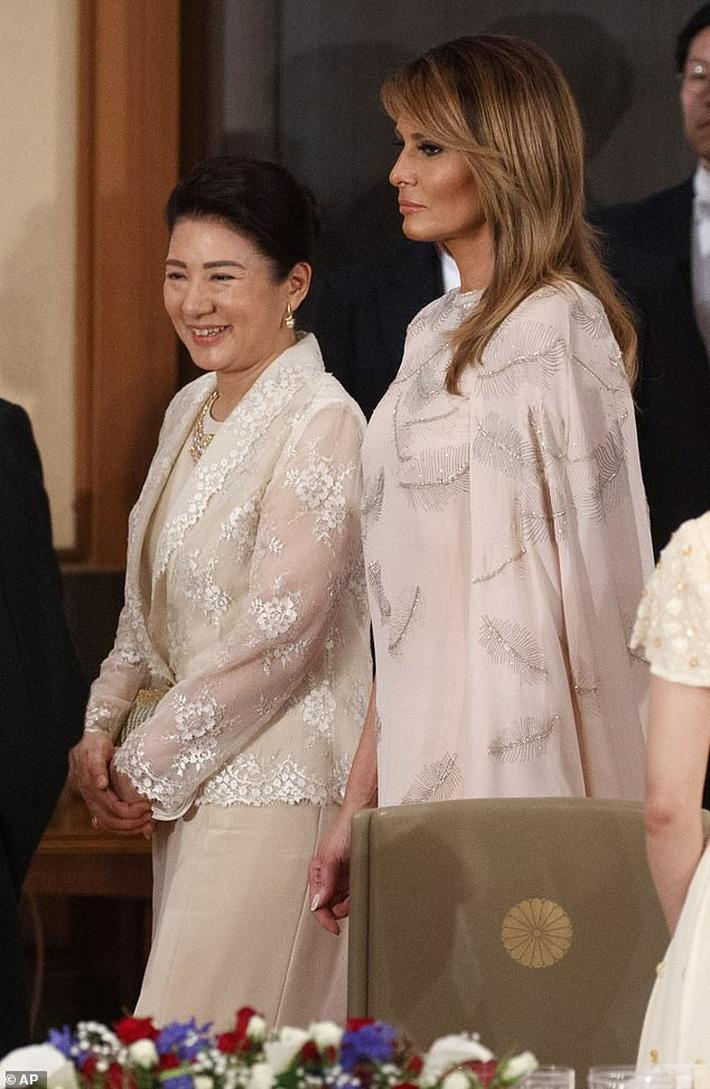 Bà Melania Trump đang cố học theo phong cách Hoàng gia của công nương Kate và Meghan khi tới Nhật Bản? - Ảnh 3.
