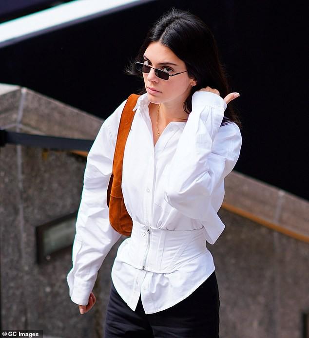 Đẳng cấp siêu mẫu Kendall Jenner: Mặc kín từ cổ đến chân mà vẫn khoe được vòng eo và đôi chân dài cực phẩm - Ảnh 6.