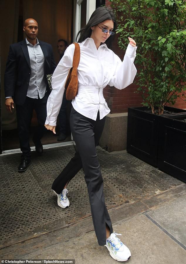 Đẳng cấp siêu mẫu Kendall Jenner: Mặc kín từ cổ đến chân mà vẫn khoe được vòng eo và đôi chân dài cực phẩm - Ảnh 2.