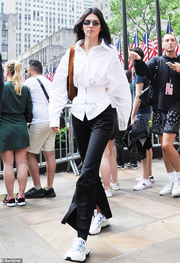 Đẳng cấp siêu mẫu Kendall Jenner: Mặc kín từ cổ đến chân mà vẫn khoe được vòng eo và đôi chân dài cực phẩm - Ảnh 1.