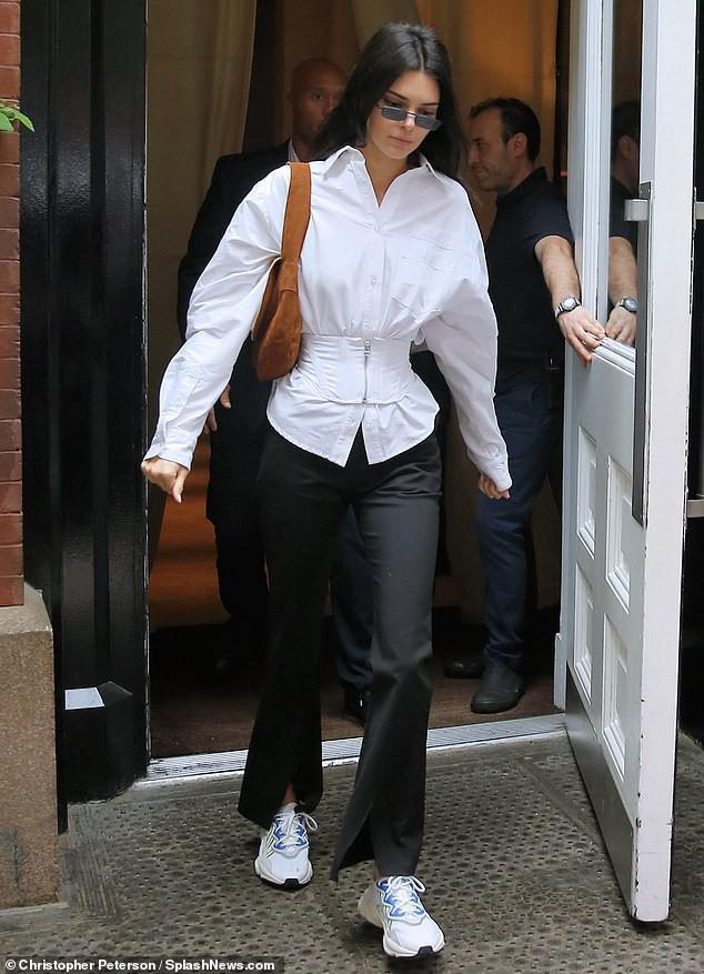 Đẳng cấp siêu mẫu Kendall Jenner: Mặc kín từ cổ đến chân mà vẫn khoe được vòng eo và đôi chân dài cực phẩm - Ảnh 3.