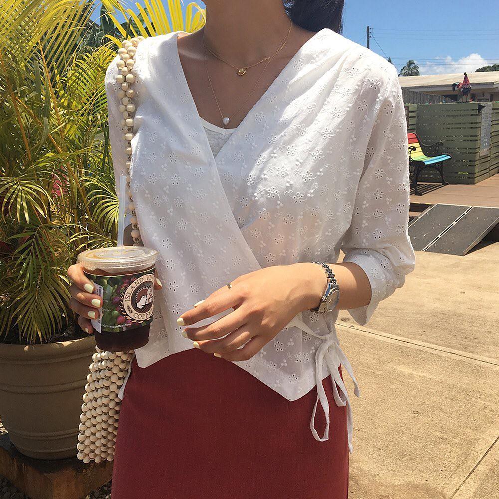 10 set đồ với áo blouse trắng dưới đây sẽ là cẩm nang mặc đẹp cho các chị em công sở suốt hè này  - Ảnh 5.