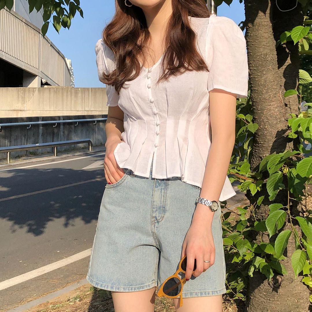 10 set đồ với áo blouse trắng dưới đây sẽ là cẩm nang mặc đẹp cho các chị em công sở suốt hè này  - Ảnh 10.