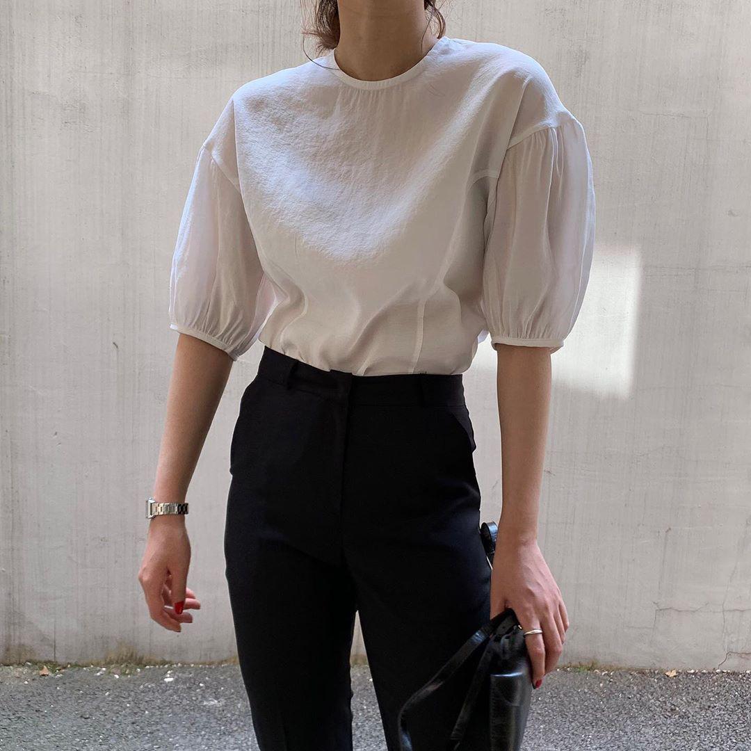 10 set đồ với áo blouse trắng dưới đây sẽ là cẩm nang mặc đẹp cho các chị em công sở suốt hè này  - Ảnh 6.