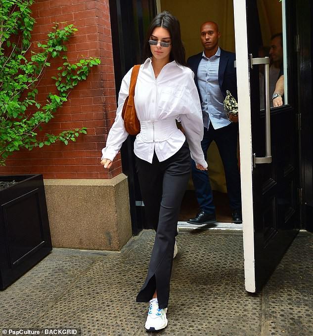 Đẳng cấp siêu mẫu Kendall Jenner: Mặc kín từ cổ đến chân mà vẫn khoe được vòng eo và đôi chân dài cực phẩm - Ảnh 4.