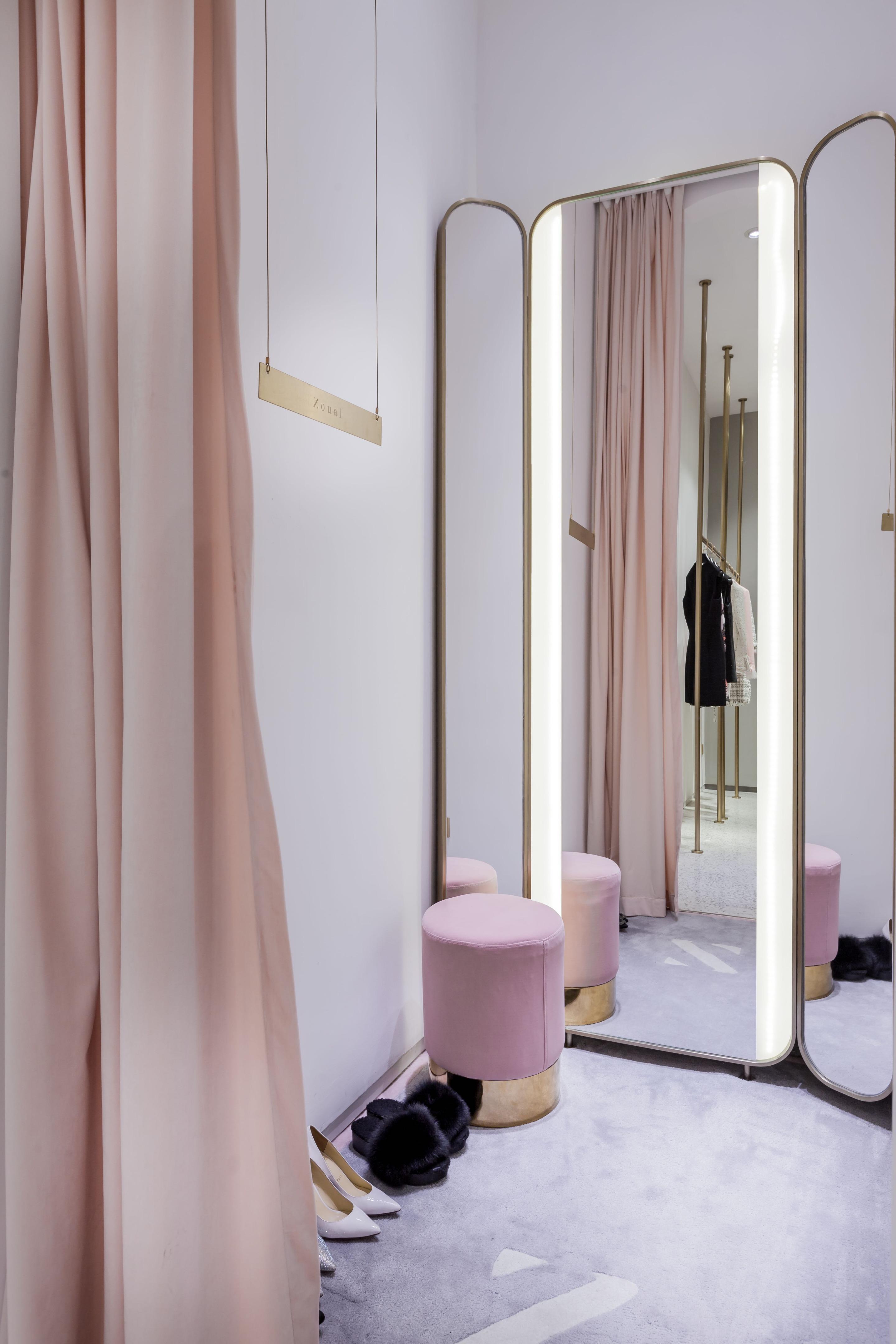 phòng thay đồ màu hồng có gương