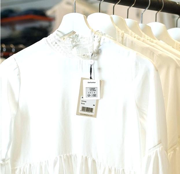 áo màu trắng treo nhãn giá